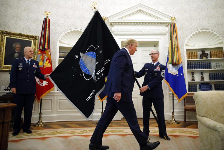 El presidente Donald Trump recibió en mayo de 2020 la bandera oficial de la Fuerza Espacial de Estados Unidos.