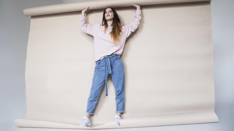Mujer con jeans holgados