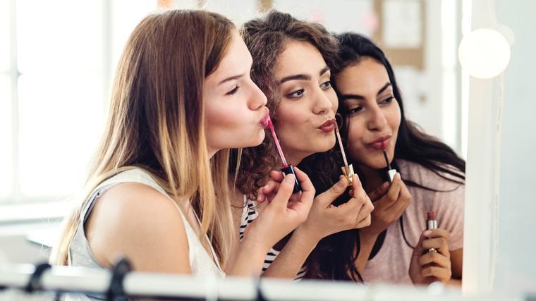 Amigas con maquillaje