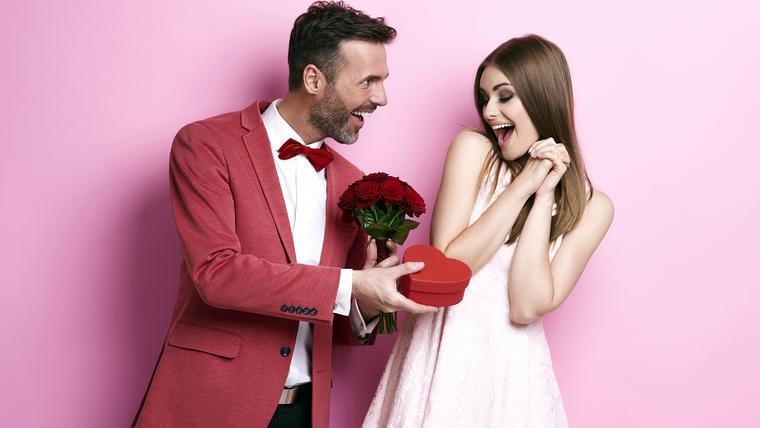 Pareja con regalo de San Valentín