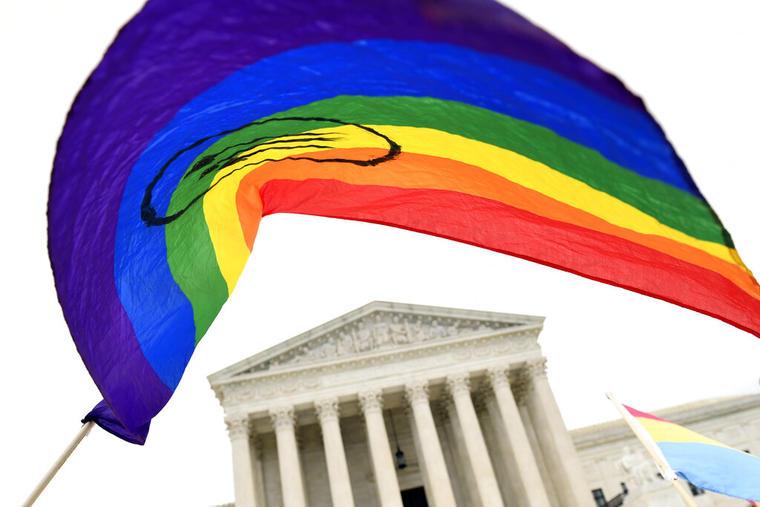 Una bandera del orgullo LGBTQ ondea frente a la Corte Suprema de Estados Unidos.