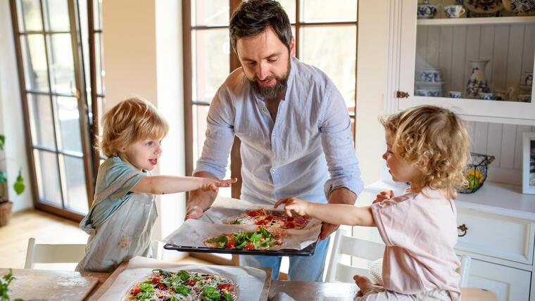 Familia cocinando pizzas