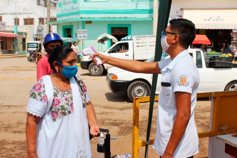 Un enfermero atiende a una mujer indígena en Oxkutzcab, Yucatán.