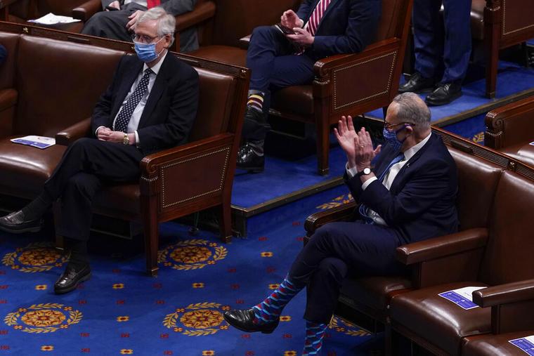 El líder de la minoría republicana del Senado, Mitch McConnell (a la izquierda) y el líder de la mayoría demócrata en la misma cámara, Chuck Schumer (a la derecha), el pasado 7 de enero en el Capitolio.