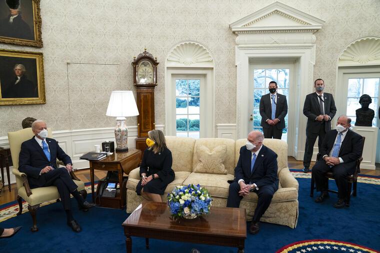 El presidente, Joe Biden (a la izquierda), en una reunión del pasado viernes en la casa Blanca con gobernadores y alcaldes.