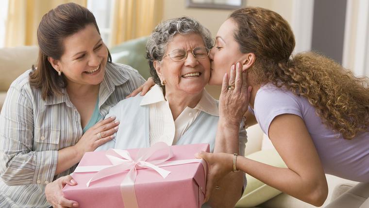 Regalos para mamá, mujeres dando regalos a mamá