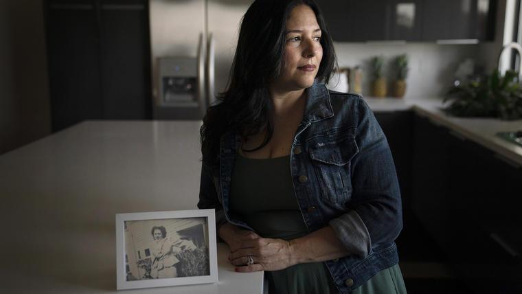 Stacy Cordova, cuya tía fue víctima del programa de esterilización forzada de California que comenzó en 1909, muestra una foto enmarcada de su tía, Mary Franco, el lunes 5 de julio de 2021 en Azusa, California. Franco fue esterilizada cuando tenía 13 años