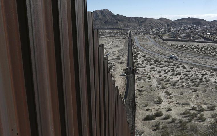 Un camión cerca de la valla fronteriza entre Anapra, México y Sunland Park en el estado de Nuevo México, EEUU el 25 de enero del 2017