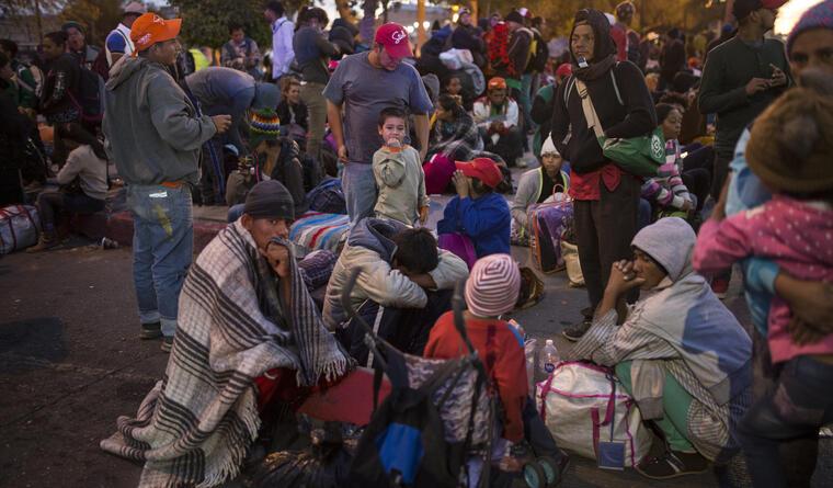 Miembros de la caravana de migrantes centroamericanos esperan en la frontera a que autoridades estadounidenses les concedan una audiencia para pedir asilo