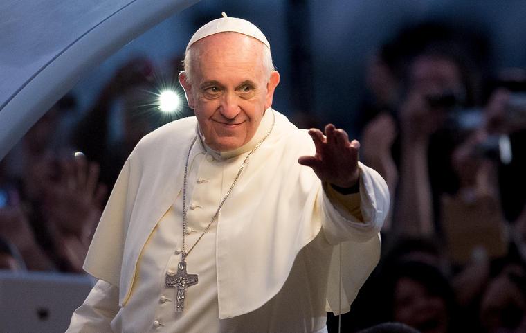 El Papa Francisco saluda a los fieles.