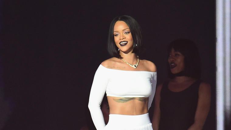 Rihanna durante su presentación en los Brit Awards 2016