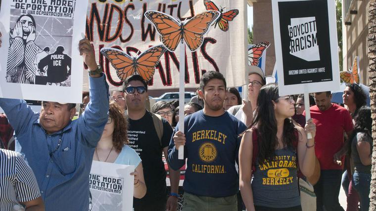 ACTIVISTAS PROTESTAN EN ARIZONA CONTRA CINCO PROPUESTAS DE LEY ANTIINMIGRANTE