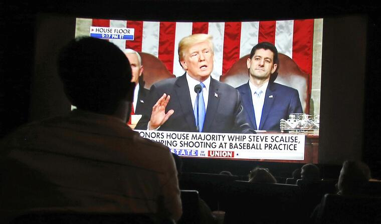 Seguidores de Trump ven su discurso en un cine de Arizona.