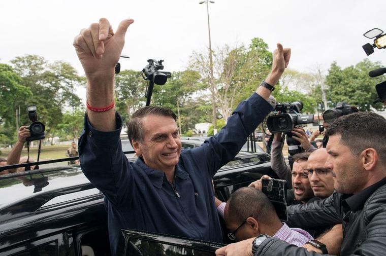 El candidato presidencial, Jair Bolsonaro, del Partido Social Liberal, tras votar este domingo en una mesa electoral en Río de Janeiro, Brasil.