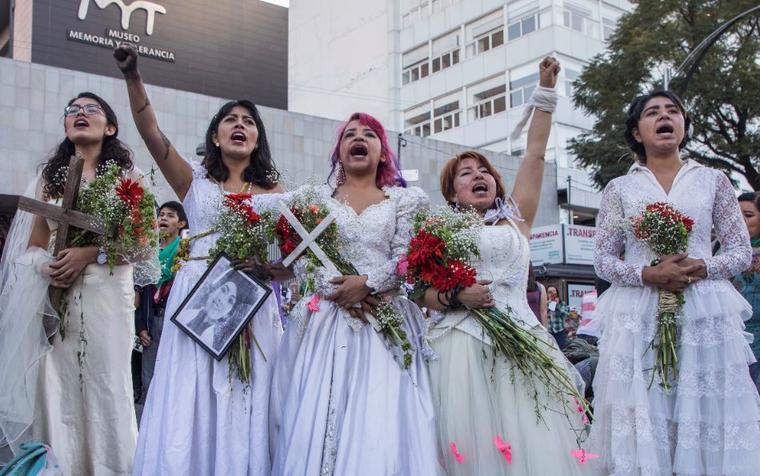 Mujeres vestidas de novias este domingo en una marcha por el Día Internacional por la eliminación de la violencia contra las mujeres en la Ciudad de México.