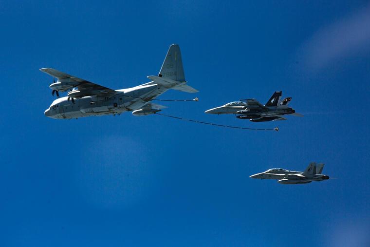Dos aviones de combate de la Fuerza Aérea son reabastecidos de combustible por otra aeronave.