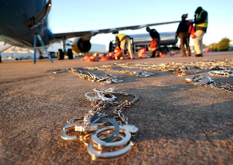 Foto del 16 de noviembre, las pertenencias de los inmigrantes que ingresaron ilegalmente a Estados Unidos se cargan en un avión operado por ICE que los deportará a El Salvador desde Houston.