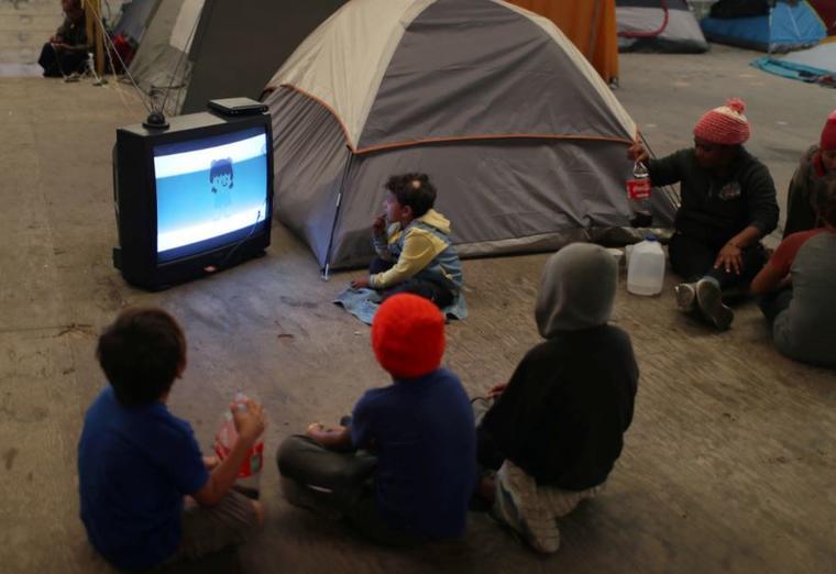 Migrantes centroamericanos este miércoles en un refugio temporal en Tijuana cerca de la frontera de Estados Unidos.