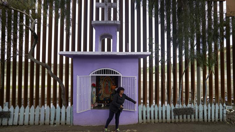 Altar construido cerca del muro en la frontera entre Tijuana y San Diego. Foto del 15 de enero de 2019.