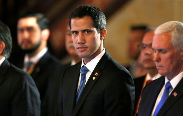 El presidente encargado de Venezuela, Juan Guaido, este lunes junto al vicepresidente de Estados Unidos, Mike Pence, en una reunión del Grupo de Lima en Bogotá, Colombia.