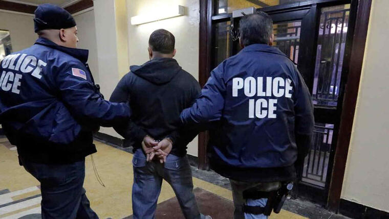 Imagen de arcivo muestra a un hombre detenido por agentes de ICE en EEUU