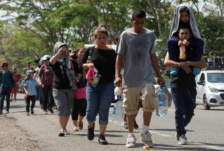 Migrantes centroamericanos este jueves se desplazan por una carretera en Tapachula, estado de Chiapas, México.