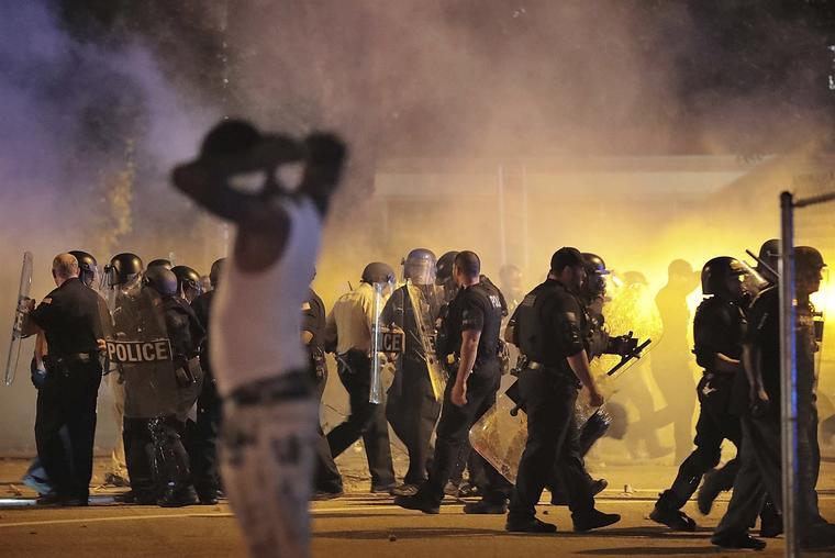 La policía se retira bajo una nube de gas lacrimógeno este miércoles por la noche en la escena del enfrentamiento en la comunidad de Frayser.