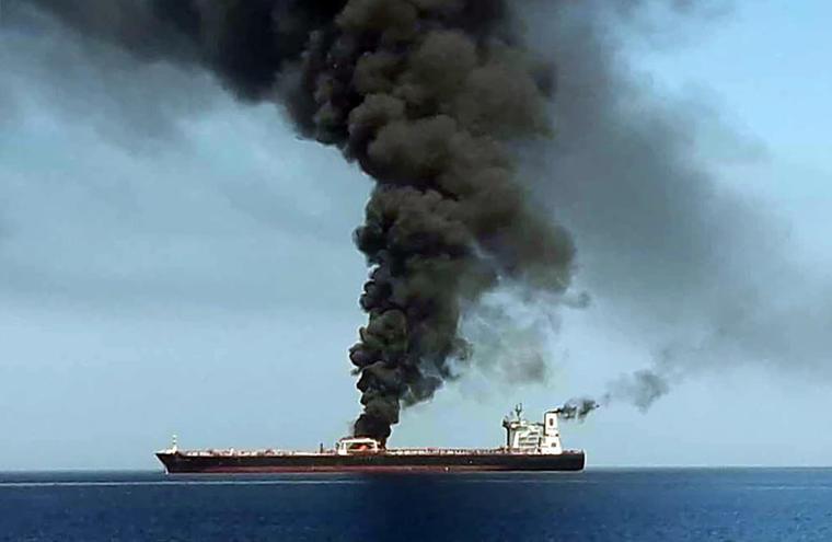 Una imagen obtenida por AFP de la televisión estatal iraní IRIB el 13 de junio de 2019 muestra uno de los petroleros que supuestamente fue atacado en el Golfo de Omán.