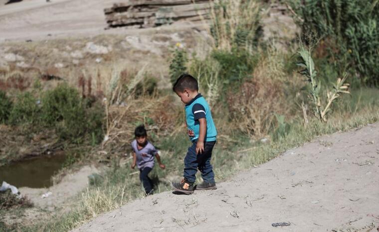 Menores migrantes el pasado sábado en la parte mexicana del Río Bravo antes de cruzar la frontera de Estados Unidos.