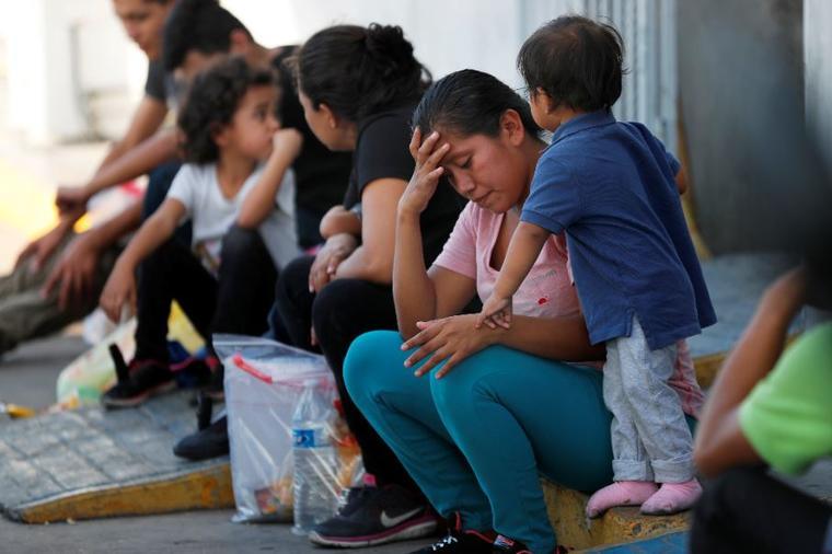 Migrantes en un centro de inmigración en el Puente Internacional número 1 en Nuevo Laredo, México, el martes 16 de julio de 2019.