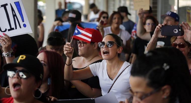 Alrededor de 200 a 300 personas de la comunidad puertorriqueña del norte de Texas (área de Dallas-Fort Worth) se reunieron este domingo para protestar contra el gobernador Ricardo Rossello frente al café puertorriqueño Adobo en Irving.