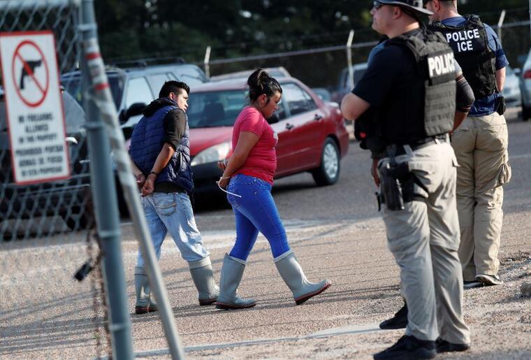 Dos detenidos en una planta de Koch Foods en Morton, el pasado 7 de agosto en una redada masiva de ICE.