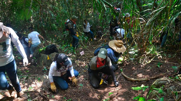 Familiares buscan a los suyos bajo la tierra en nueva ronda de rastreo en Veracruz.