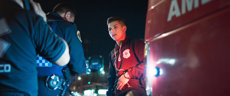 """Una escena de """"Familia de Medianoche"""" muestra a la familia Ochoa lidiando con policías que los extorsionan."""
