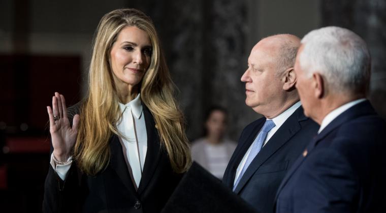 La senadora Kelly Loeffler se juramenta a su cargo junto a su esposo Jeffrey Sprecher, presidente de la Bolsa de Valores de Nueva York, en Washington, DC, el 6 de enero de 2019.