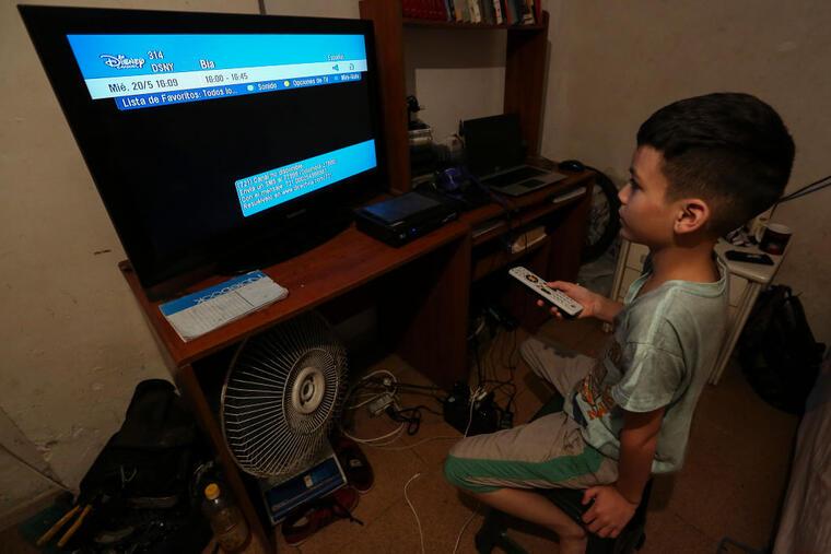 Un niño frente al televisor sin señal el pasado martesintenta ver el canal Disney, tras el anuncio de que el proveedor de satéliteDirectv anunciara la suspención de sus operaciones en el país.
