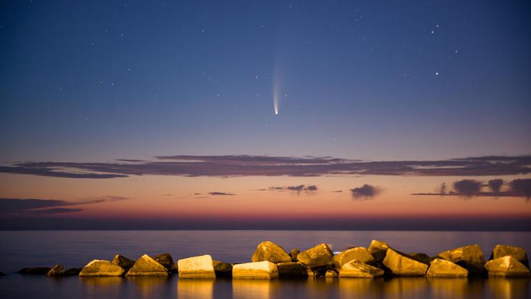 El cometa Neowise visto al atardecer desde el Puerto de Molfetta, en Italia.
