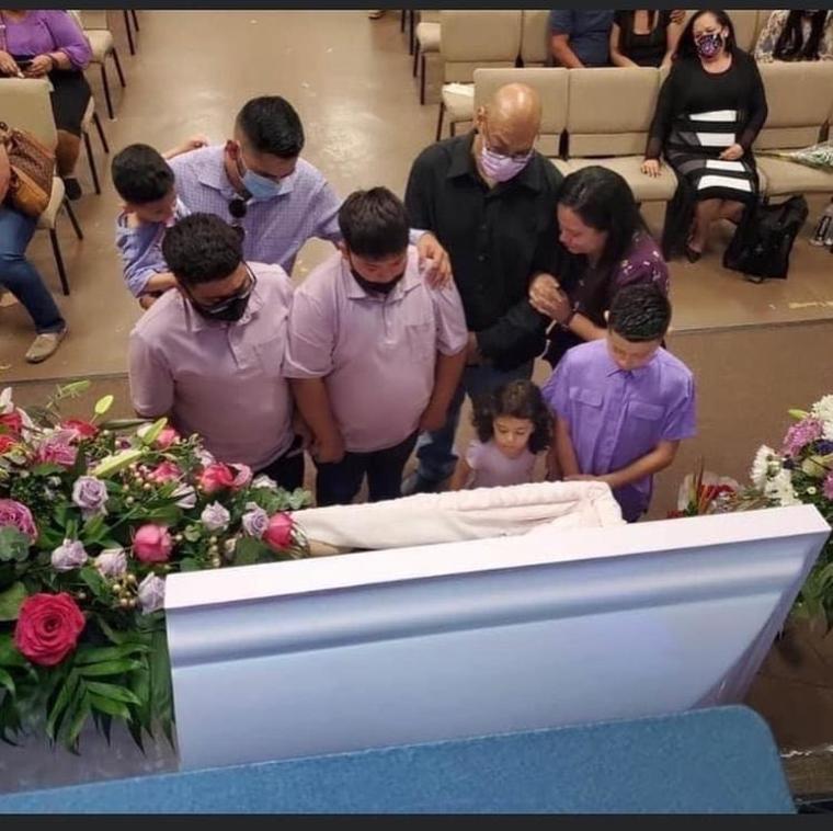 Los hermanos Isaiah y Nathan García en el funeral de su madre