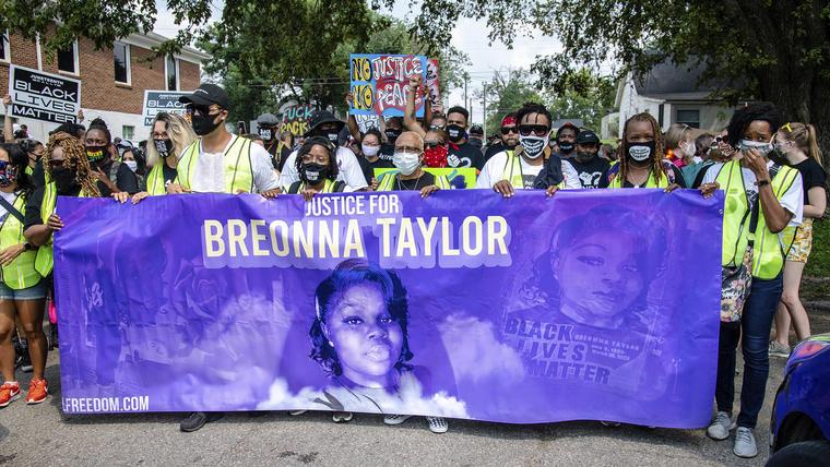 Un grupo de personas realizó una marcha pidiendo justicia por la muerte de Breonna Taylor en Louisville, Kentucky.
