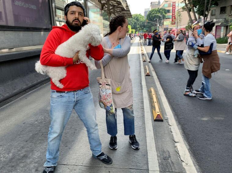 Durante un terremoto en junio, mucha gente salió a las calles al evacuar sin mascarilla o medidas de protección sanitaria.