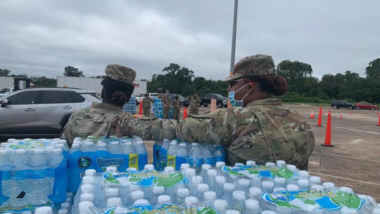 Guardia Nacional reparte agua embotellada en Lake Jackson, Texas, tras la presencia de una ameba come-cerebros.