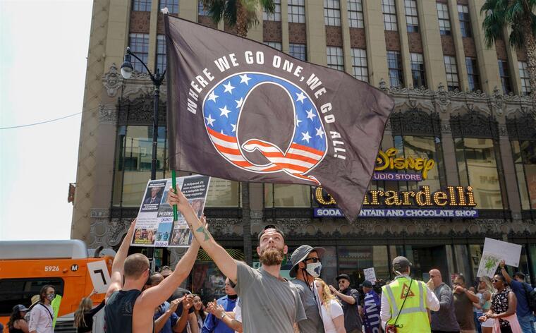 Manifestantes de QAnon protestan contra la trata de niños en el Hollywood Boulevard
