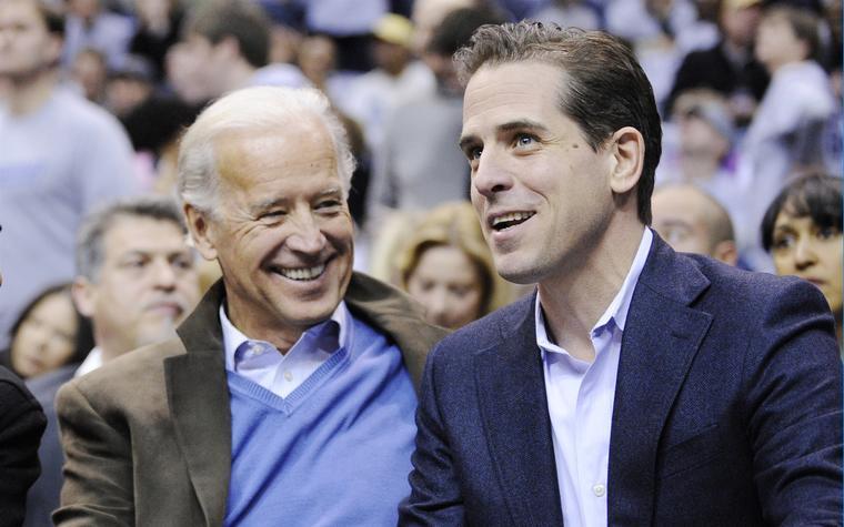 El exvicepresidente Joe Biden y su hijo Hunter Biden, en un juego de baloncesto en 2010.