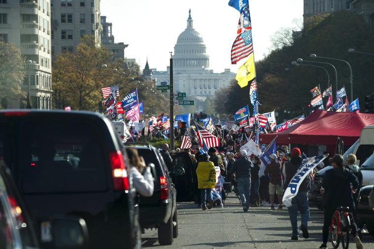 La caravana del presidente Donald Trump se encuentra con los participantes de la marcha en su apoyo en la capital del país.