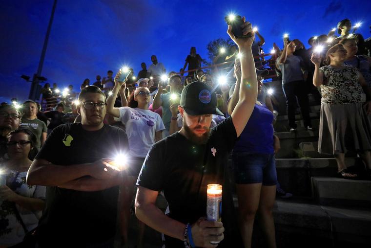 Un grupo de personas participaba en una vigilia en El Paso, Texas, el 3 de agosto de 2019, luego del ataque sucedido en un Walmart.