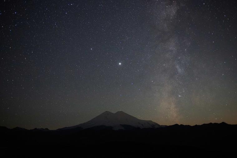 Noche estrellada sobre el monte Elbrús