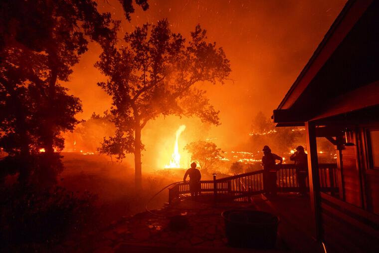 Los bomberos combatían un incendio en el Valle de Napa, California, el 21 de agosto de 2020.