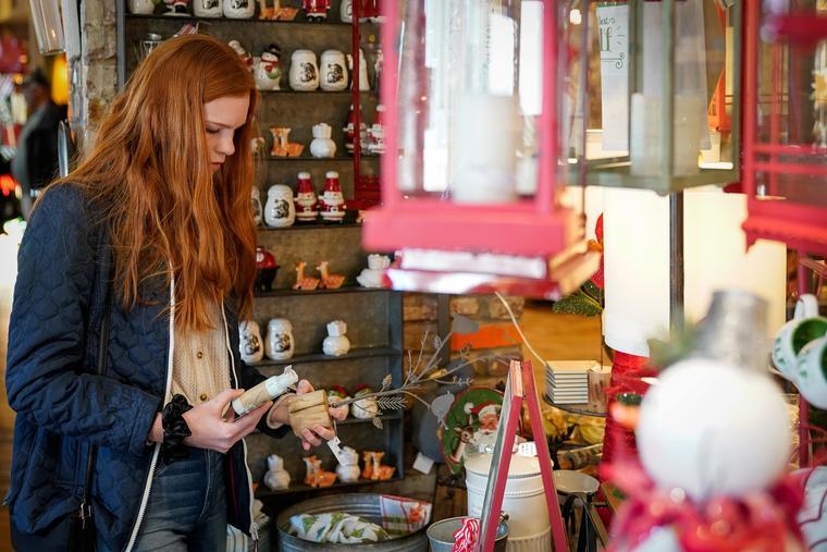 Una compradora revisaba la mercancía en Louisville, Kentucky, en diciembre.