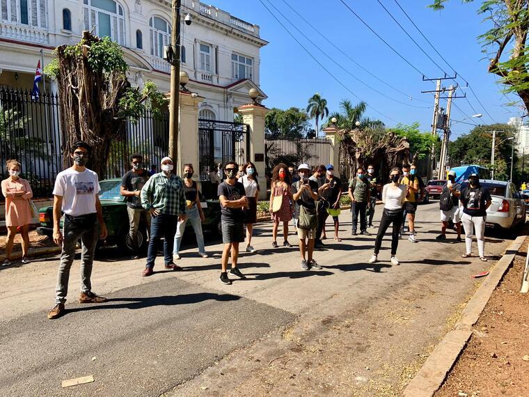 Artistas, intelectuales y periodistas independientes se reúnen frente al Ministerio de Cultura de La Habana, Cuba, para exigir a la institución del régimen libertad de expresión y otras demandas, este 27 de enero de 2021.
