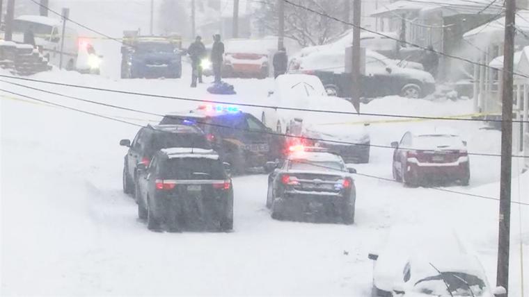 La policía trabaja en la escena de un asesinato-suicidio tras una pelea en Plains Township, Pennsylvania, que dejó tres muertos el 1 de febrero de 2021.
